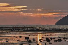 Sun behind clouds (Thomas Mülchi) Tags: 2018 phuketisland thailand island phuket dawn sunrise daybreak sea sand sky clouds lowtide longtailboat sun tambonrawai changwatphuket th