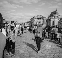 en passant par Versailles (Jack_from_Paris) Tags: l1011794bw leica m type 240 10770 leicaelmaritm28mmf28asph 11606 dng mode lightroom capture nx2 rangefinder télémétrique bw noiretblanc noir et blanc monochrom wide angle street château de versailles visite attente queue waiting asie asiatique portrait soleil stripes rayures pavés
