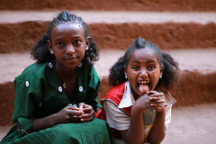 Petites filles à Lalibela. - Ethiopie (jmboyer) Tags: eth2436 afriquedelest eastafrica géo yahoo travel voyage ©jmboyer lonelyplanet imagesgoogle googleimage impressedbeauty nationalgeographic nationalgeographie viajes photogéo photoflickr photosgoogleearth photosflickr photosyahoo canonfrance canon flickr photo picture photography gettyimages lonely ethiopie ethiopia afrique africa etiopija googlephotos retrato photos photoyahoo ኢትዮጵያ አፍሪቃ äthiopien