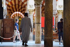 Del lento incedere [Explore 22 giugno 2018 n.208] (encantadissima) Tags: cordoba andalusia spagna mezquitadicordoba people archi colonne