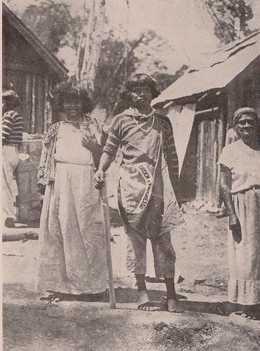 Cacique Rerig e sua esposa, ao lado da índia Vanuíre, após a celebração de paz com os brancos, por meio dos agentes do SPI. Não tinham a mínima ideia do que lhes aguardava.