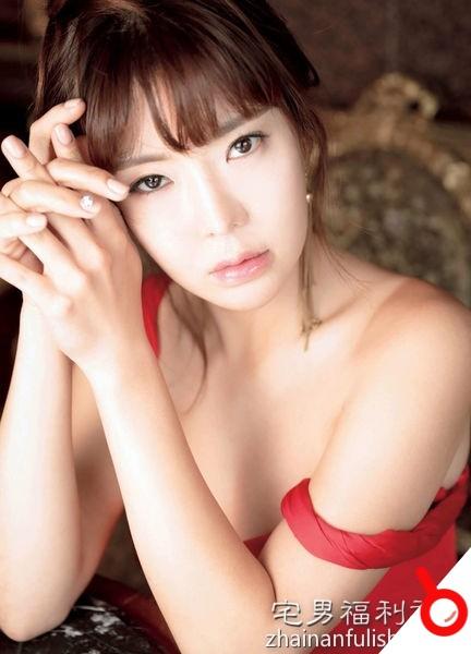 【韓國寫真】「韓國第一高爾夫美女」安信愛大方輕解羅衫