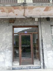 Placa franquista retirada en el portal nº 33 de la Avenida de Gipuzkoa.