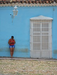wifi gunea (xomorrotxoa) Tags: jendea neska gente wifi kalea lapurtuak robados mugikorra koloniala colonial kuba cuba nikon d5200 snapseed trinidad