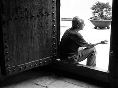 ... el la puerta de la casa de Dios ...na porta da casa de Deus ...at the Gods house door (:: SL Emerick) Tags: door shadow bw espaa house man branco casa spain puerta espanha god basilica homeless sombra pb preto pedro peter porta pere homem hombre reus dios mendigo santpere pedinte deus pretobranco sanpeter saopedro slemerick