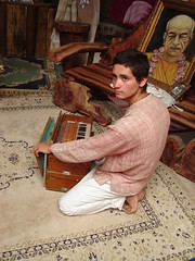 En la Aldea (exrorro) Tags: trip viaje yoga carpet vegetarian musicalinstrument krishna prabhupada swami dios vegetariano instrumento bhaktivedanta vegetarianismo arekrishna valledelluta ecotruly yogabhaktivedanta bhaktivedantaswamiprabhupada