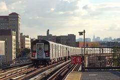 Tren 4 pasando por la calle 170, cerca del Estadio Yankee, con Manhattan y el Empire State Building al fondo