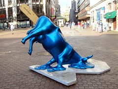 meltin' cow (loungerie) Tags: city blue art smile statue square cow melting funny arte blu budapest icecream gelato stick piazza mucca statua citycentre pest popsicle copertina streetshot scultura ghiacciolo winnerflickrsweeklythemecontest meltingcow sciogliersi steccolo