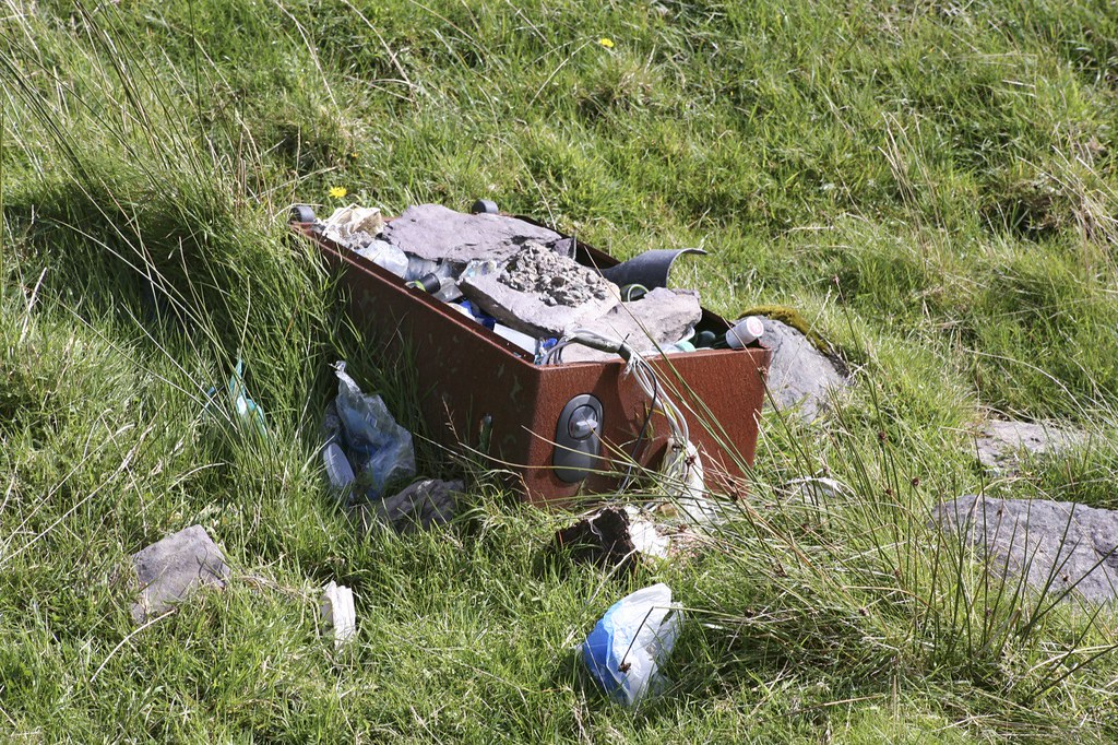 RUBBISH ON THE RING OF KERRY - HOW NOT TO RESPECT THE ENVIRONMENT