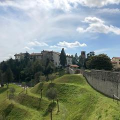 (Paolo Cozzarizza) Tags: italia friuliveneziagiulia pordenone spilimbergo scorcio prato alberi castello chiesa muro