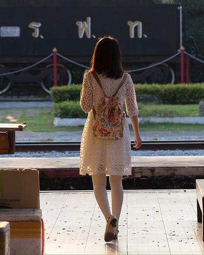 >🚉 On my way✨ Railwaystation Hua Hin Thailand #woman #fotovandedag #fotografiacallejera #photographylover #photos #streetphotos #photographer #photooftheday #fotografia #follow #huahin #like4like #pentaxk3 #likeback #nikcollection #earlybi