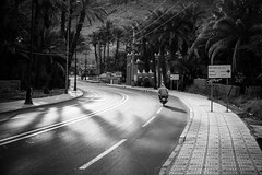 Early Bird (Tom Levold (www.levold.de/photosphere)) Tags: fuji marokko morocco xt2 zagora xf18135mm sw street bw man gegenlicht mann backlight people scooter motorroller