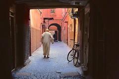 Marocco- Marrakech (venturidonatella) Tags: marocco morocco africa marrakech vicolo alley ombra shadow luce light strada street streetscene streetlife colori colors bicicletta bike bici persone people gentes penombra nikon nikond500 d500 emizioni emotion