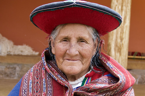 peru-sacred-valley-chinchero-weaver-old-lady-smiling
