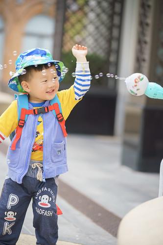 在上海迪士尼小镇玩泡泡