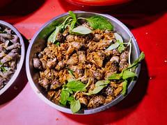Grignotages au marché de nuit (3) (8pl) Tags: grignotage coquilles coquillages cuve plat stand marché marchédenuit taitung 台東 taïwan feuilles rouge table tablerouge