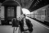 Man på Milano Centrale (Michael Erhardsson) Tags: milano centrale 2018 stationsmiljö rökare svartvitt man