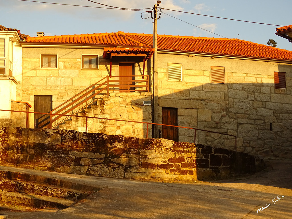 Águas Frias (Chaves) - ... casas na Aldeia, entre o sol e a sombra  ...