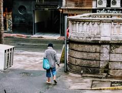ele vai voltar (luyunes) Tags: gente pessoa people men streetscene streetphotography streetphoto streetshot motozplay luciayunes cenaderua fotografiaderua fotoderua