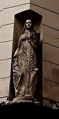 13 - Paris, Rue de Cléry, Statue de sainte Catherine (melina1965) Tags: avril april 2018 îledefrance paris panasonic lumix dmctz57 75002 2èmearrondissement sculpture sculptures statue statues sépia sepia