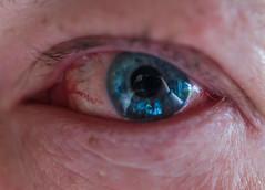 Allergieauge eines alternden Mannes (wpt1967) Tags: allergie augen canon50mmcompactmacro eos6d makro pupille spiegelung blau blue eye macro red reflection rot wpt1967