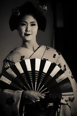 扇子の舞 (小川 Ogawasan) Tags: japan japon culture tradition ogawasan giappone maiko geiko kyoto kanzashi hair makeup lips lady women kimono human gion dance