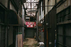 Shimobuchi Market (miho's dad) Tags: carlzeisstessart2845 contaxrx fujicolorc200