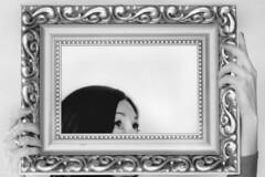 Selfie. Just framed. (Gudzwi) Tags: rahmen frame selfie selbstporträt sw schwarzweis blackandwhite bw 7dwf 7dwfthursdaysbw blick gaze hände hands porträt portrait person people augen eyes monochrom monochrome goldrahmen goldenframe kitsch einaugenzwinkern awink