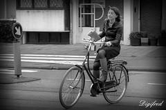Geen smartphone, ik doe het gewoon met mijn ogen dicht. (Digifred.nl) Tags: digifred 2017 amsterdam nikond500 nederland netherlands holland iamsterdam straat street city grachten streetphotography candid blackwhite blackandwhite monochrome cycling bicycle bike fiets girl meisjes closedeyes