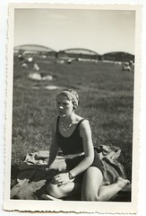 . (Kaïopai°) Tags: frau woman dame vintage femme badeanzug ufer fluss brücke bridge bathing bathingdress armbanduhr armclock