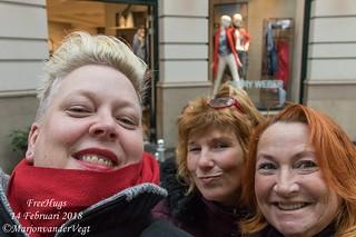 Free Hugs uitdelen Passage Den Haag