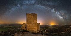 Castillo de la Raya (Roberto_48) Tags: ngc castillo largaexposición larga exposicion nocturna via laceta arco paisaje nocturno estrellas