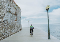 Radfahrer in Poreč (marcoverch) Tags: porec seaside sport croatia bike promenade biker sea travel reise noperson keineperson outdoors drausen landscape landschaft water wasser sky himmel road strase architecture diearchitektur tourism tourismus transportationsystem transportsystem safety sicherheit recreation erholung daylight tageslicht vehicle fahrzeug winter summer sommer nature natur meer street seashore strand moon naturaleza festival bicycle outside autumn classic españa hill countryside radfahrer poreč