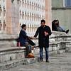 It's a deal! (mikael_on_flickr) Tags: itsadeal siamodaccordo guys ragazzi men uomini hommes hombres beer birra bier perugia duomo umbria italia italien italy folk people streetlife streetshot