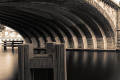Brücke der Berliner Stadtbahn - ganz ohne Namen (Pascal Volk) Tags: berlin mitte berlinmitte monbijoupark überführung brücke bridge puente ponto spree fluss river río langzeitbelichtung longexposure largaexposición slowshutter poseb sepia monochrome ilforddelta400 architecture architektur arquitectura canonpowershotg1xmarkiii 15mm joby gorillapodslrzoom ballheadslrzoom dxofilmpack dxophotolab