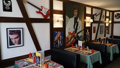 """La table de Johnny"" (Philippe Haumesser Photographies (+ 6000 000 view)) Tags: restaurant poster tables guitares menus sets colombages helftimberings johnny johnnyhallyday sélestat alsace elsass france hautrhin 68 sonyilce6000 sonyalpha6000 sony 2018"
