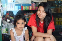 mother and daughter (the foreign photographer - ฝรั่งถ่) Tags: mother daughter convenience store khlong thanon portraits bangkhen bangkok thailand nikon d3200