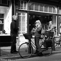IMG_4125 (Akbar Simonse) Tags: denhaag thehague agga haag lahaye sgravenhage holland netherlands nederland streetphotography straatfotografie people candid fiets bicycle zwartwit bw blancoynegro bn monochrome vierkant square akbarsimonse