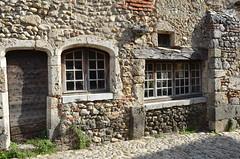 Façade pérougienne (RarOiseau) Tags: pérouges ain village patrimoine histoire époquemédiévale villageperché fenêtre façade rue pierre eu v1500