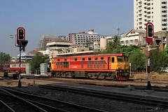 I_B_IMG_9170 (florian_grupp) Tags: southeast asia thailand siam thai train railway railroad srt staterailwayofthailand metregauge metergauge bangkok krungthep station mainstation hualumpong hualamphong diesel loco locomotive alsthom krupp ge generalelectric