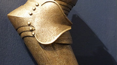 A16258 / elbow armor (janeland) Tags: sanfrancisco california 94123 fortmasoncenter antiques october 2017 16thcentury french armdefence steel armor