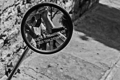 Objects in the mirror are closer than they appear (Ignacio M. Jiménez) Tags: espejo mirror rearviewmirrow retrovisor byn bw blackandwhite blancoynegro ignaciomjiménez ubeda jaen andalucia andalusia españa spain gente people