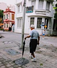 vai chover (luyunes) Tags: streetphotography streetscene streetphoto streetshot streetlife lifestreet mobilephoto mobilephotographie fotografiaderua fotoderua cenaderua luciayunes motozplay homem velhice street rua