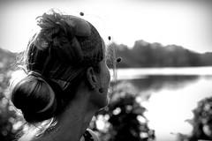 Faszinator (StellaMarisHH) Tags: europa deutschland schleswigholstein grosensee feier hochzeit hochzeitsfotograf hochzeitsfotografie portrait portraitfotograf portraitfotografie kopf hut faszinator kopfbedeckung frau dame sw bw blick see ferne traum träumen verträumt canon canoneos5dmkiv eos5dmkiv 5dmkiv tamron2470 tamron 28 offenblende lightroom photoscape