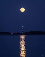 Full Moon over Cape Lookout Light (Chuck - PhotosbyMCH.com) Tags: photosbymch landscape seascape bluehour moonrise fullmoon lighthouse capelookoutlighthouse capelookout capelookoutnationalseashore northcarolina usa canon 5dmkiv 2017 nationalparkservice reflection beacon water capelookoutbight outdoors
