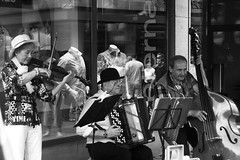 Musique ensamble (Giangaleazzo) Tags: musica biancoenero music germany germania strumento street monochrome bayern nurnberg people canon