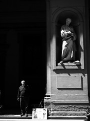 Life and Art (Feldore) Tags: florence uffizi gallery statue man standing mirror street photography italy feldore mchugh em1 olympus funny 1240mm classical light shadow artist