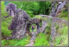 Le pas de Roland à ITXASSOU (Pays Basque) (Les photos de LN) Tags: pasderoland itxassou paysbasque pyrénées cavité roche rochers sentier montagne rive nive historique paysage légende roland
