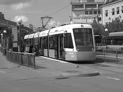 Tram 2 in Kungsportsplatsen in Gothenburg June 15, 2018 (biketommy999) Tags: göteborg sverige sweden biketommy biketommy999 2018 svartvitt blackandwhite tram spårvagn västtrafik hållplats