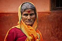 PORTRAIT DE FEMME EN ROUGE (pierre.arnoldi) Tags: inde india rouge gokarna karnataka portraitdefemme portraitsderue on1photoraw2018 photoderue photooriginale photocouleur photodevoyage photographequébécois pierrearnoldi canon6d objectiftamron